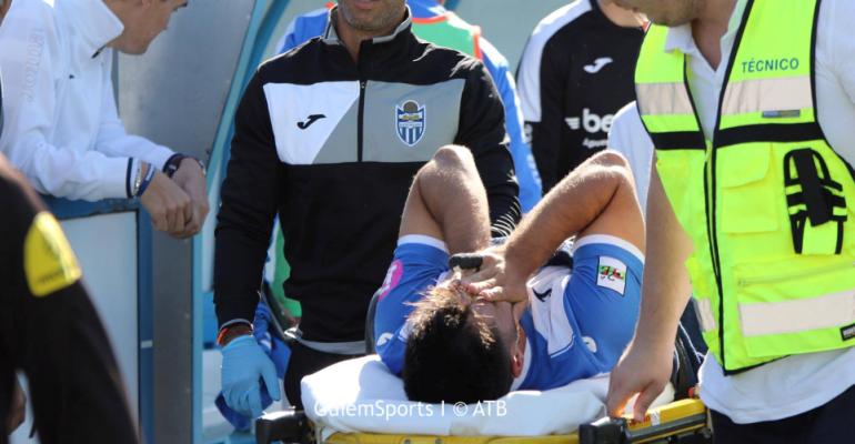 Xisco se retiraba con lágrimas en los ojos tras lesionarse gravemente de la rodilla ante el At. Saguntino. Foto: ATB.