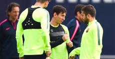 Messi, Piqué y Alba con los chalecos GPS en un entrenamiento.