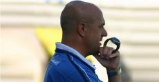 Ángel Pedraza y su característico reloj-cronómetro en el banquillo del ATB en Sa Pobla. Foto: Fútbol Balear.