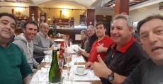 Miquel Mesquida y sus compañeros en una cena de peñistas. Foto: @Penya_Barralet.
