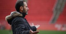 Moreno pidiendo explicaciones desde la banda. Foto: RCDM.