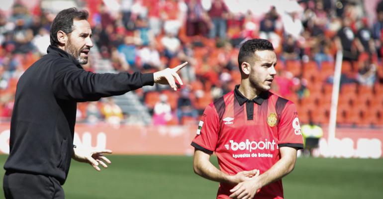 Sastre recibiendo instrucciones de Moreno en el área técnica. Foto: RCDM.