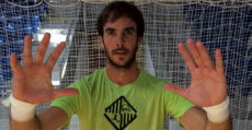 Barrón posando bajo palos de la portería de Son Moix. Foto: Palma Futsal.