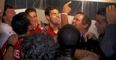 El doctor Beltrán celebrando bajo la ducha el ascenso de Vallecas en 1997 (Marca).