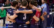Los jugadores del Urbia Palma celebrando abrazados un punto en Son Moix. Foto: UVP.