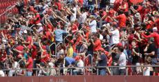 Son Moix ovacionó a sus futbolistas tras golear al Olot y acariciar el título de liga. Foto: RCDM.