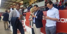 Molango, Salas y Nash revisando sus teléfonos previos en la previa del partido en Anduva. Foto: TTdeporte.com.