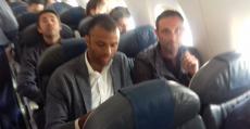 Molango y Recio en el vuelo de regreso a Palma tras ascender a Segunda. Foto: TTdeporte.com.