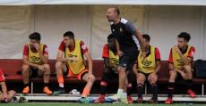 Gálvez dando instrucciones desde la banda de Son Bibiloni. Foto. Patri Bennassar (Fútbol Balear).