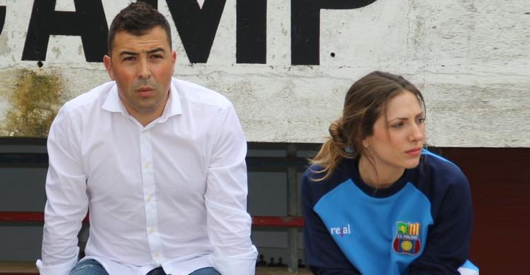 Óscar Troya sentado en el banquillo del municipal de Sa Pobla. Foto: Fútbol Balear.