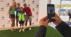 Toni Nadal, Lara Arruabarrena y Lucie Safarova posan tras el sorteo con una niña recogepelotas. Foto: TTdeporte.com.