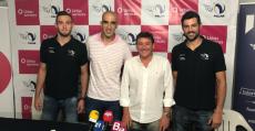Foto de la renovación del patrocinio con Toni Roig (CEO Urbia Services) y los jugadores Renzo Cairús y Jordi Ramón Ferragut. Foto: TTdeporte.com.