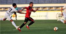 Valcarce perseguido por un rival en el amistoso ante el Málaga en Marbella. Foto: RCDM.