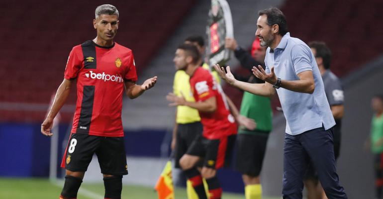 Sevilla y Moreno dialogando durante el partido en el Metropolitano. Foto: LaLiga.