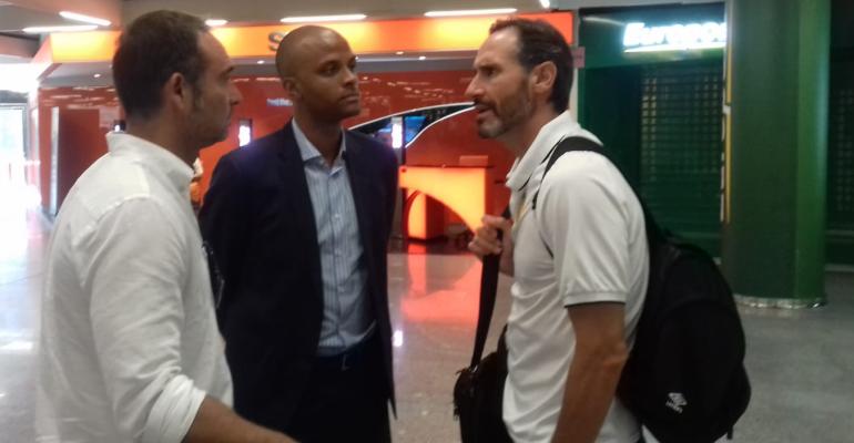 Moreno departiendo con Molango y Recio en el aeropuerto. Foto: TTdeporte.