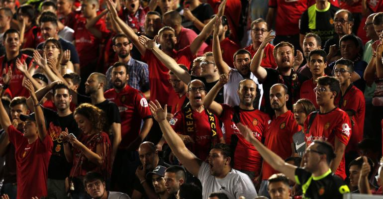 Aficionados festejan el triunfo en Son Moix. Foto: LaLiga.