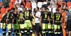 Moreno dando instrucciones a sus futbolistas en la pausa de hidratación. Foto: LaLiga.