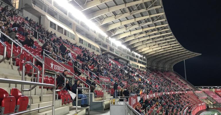 Desangelada imagen de la despoblada tribuna cubierta de Son Moix. Foto: RCDM.