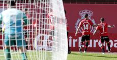 Aridai apunta a la afición tras la consecución del gol de la victoria. Foto: LaLiga.