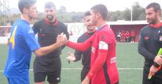 Saludo entre los capitanes del San Francisco y la Penya Arrabal. Foto: Biel Capllonch/Fútbol Balear.