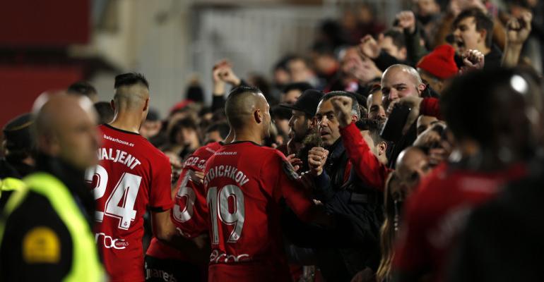 Los futbolistas agradecen el apoyo a su afición. Foto: LaLiga.