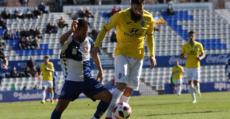 Marcos de la Espada y Felipe Sanchón pugnan un balón. Foto: GuiemSports.