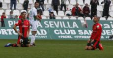 Valjent y Sevilla de rodillas abatidos tras el final del encuentro. Foto: LaLiga.
