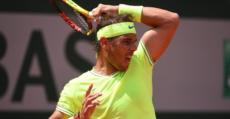 Nadal golpeando un drive durante su partido ante Federer. Foto: FFT.