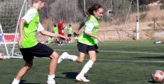 Chicos y chicas comparten aprendizaje en Portals. Foto: Football Academy Vicente del Bosque.