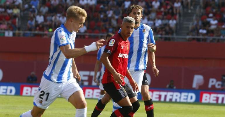 Sevilla sigue la conducción de balón de Odegaard. Foto: LaLiga.