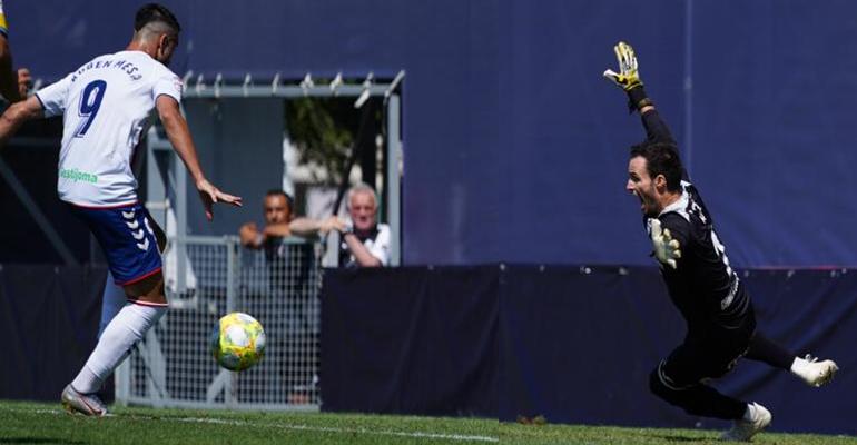 Mesa anota el segundo gol majariego tras el rechace de Herrera en el penalti. Foto: ATB.