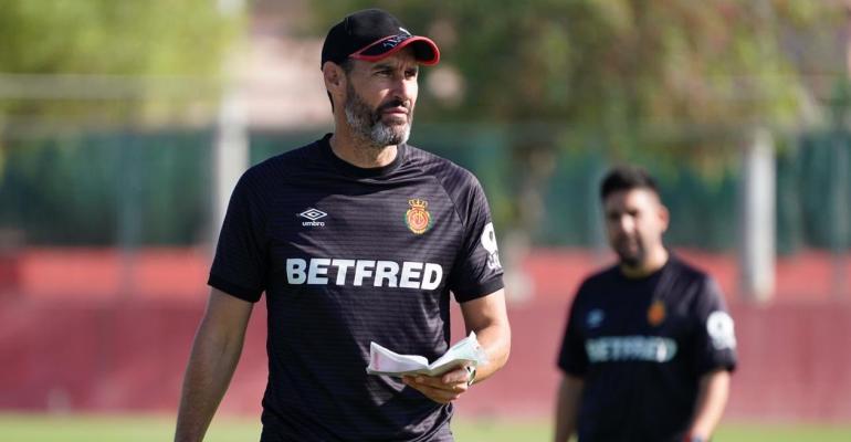Moreno sosteniendo su libreta en un entrenamiento. Foto: RCDM.