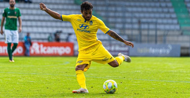 El lateral izquierdo José Peris golpeando el balón en Ferrol. Foto: ATB.