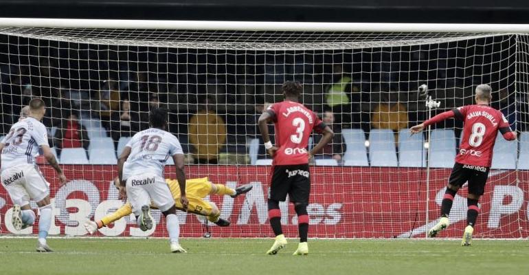 Sevilla ejecuta el penalti del empate a uno en Balaidos. Foto: LaLiga.